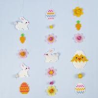 Une guirlande de Pâques décorée de lapins de Pâques, d'oeufs de Pâques, de fleurs et de poussins de Pâques faits en perles à repasser Nabbi