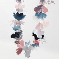 Une guirlande de fleurs faite en papier cartonné et papier vélin
