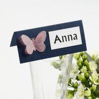 Un marque-place décoré d'un papillon poinçonné dans du papier vélin