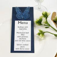Une carte de menu bleue décorée d'un papillon poinçonné