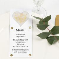 Une carte de menu décorée avec un coeur en papier vélin, des paillettes et des pierres de strass