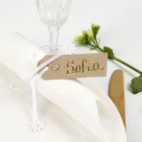 Un marque-place fait à partir d'une étiquette cadeau décorée avec du film décoratif, des pierres de strass et du ruban de satin