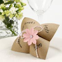 Une carte de menu avec pliage du jeu de la cocotte et décorée d'une fleur poinçonnée