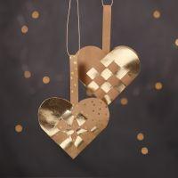 Des paniers de Noël tressés en forme de coeur confectionnés avec du papier imitation cuir naturel et doré
