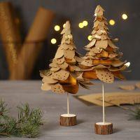Des sapins de Noël faits à partir de papier imitation cuir poinçonné et placé les uns sur les autres