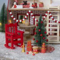 Le lutin décore la maison du père Noël