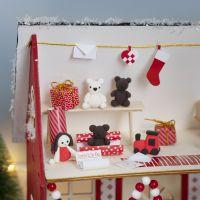 Le lutin fabrique des cadeaux dans la maison du père Noël