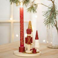Un chandelier décoré avec la figurine de casse-noisette, des sapins de Noël et des mini perles en verre