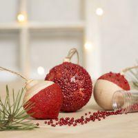 Boules de Noël décorées avec de la peinture acrylique, de la base collante transparente, du gel de modelage autodurcissant et de mini perles de verre