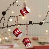Des tambours de Noël faits avec du papier à motif et décorés de cloches