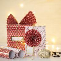 Emballage de Noël décoré d'un éventail en papier et d'une rosette en papier
