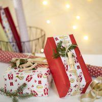 Emballage cadeau créatif de Noël avec deux types d'emballage cadeau et une figurine en bois