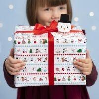 Emballage cadeau de Noël décoré de dessins du pays de merveilles d'hiver et avec une étiquette cadeau bonhomme de neige 'pop-up'