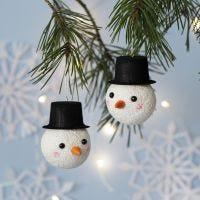Une boule de Noël décorée comme un bonhomme de neige