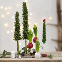 Sapins de Noël et décorations de Noël faits avec de la verdure non artificielle et décorés de mini perles de verre