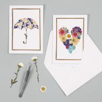 Des cartes de voeux avec des motifs de fleurs séchées et un cadre en fil décoratif