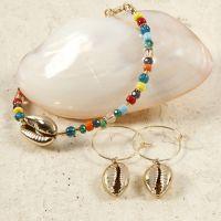 Un bracelet et des boucles d'oreilles en perles avec des coquillages dorés