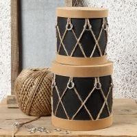 Des boîtes en papier mâché, décorées comme des tambours avec du papier imitation cuir, des anneaux en plastique et de la ficelle de chanvre