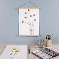Une fleur violette peinte à l'aquarelle et suspendue avec un porte-affiche