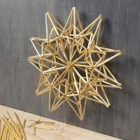 Une grande étoile en paille comme décoration à suspendre