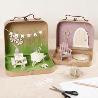 Petites valises transformées en un monde de jardin avec peinture, meubles et accessoires miniatures