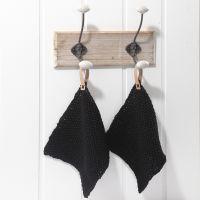 Des maniques tricotées, avec des anses en bandes de papier étoile imitation cuir