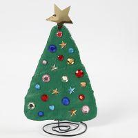 Un sapin de Noël en fil bonsaï et bandes plâtrées, décoré avec des pierres de strass