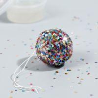Une mini boule disco avec une base collante