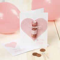 Offrir de l'argent dans une carte de voeux décorée d'un coeur en feutre