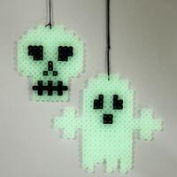 Un fantôme et un crâne phosphorescents, faits sur une plaque à pince