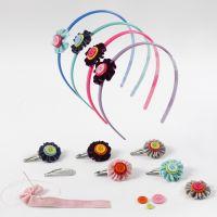 Des accessoires pour cheveux décorés de fleurs faites avec du ruban de velours et des boutons
