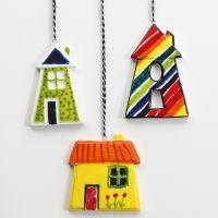 Des maisons de porcelaine colorées à suspendre