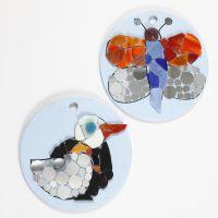Des dessins de mosaïque sur des assiettes rondes en terre cuite