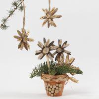 Des étoiles de Noël faites avec des disques en bois, décorées avec de la colle à paillettes