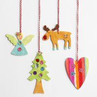 Des décorations de Noël en bois à suspendre, décorées avec des pierres de strass
