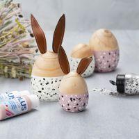 Des oeufs et des lapins en bois peints avec de la peinture acrylique Plus Color et décorés avec des flocons de Terrazzo