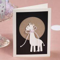 Une invitation décorée d'une girafe perforée