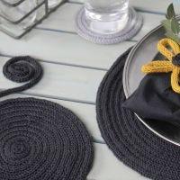 Des sets de table et des dessous-de-plats faits à partir de tubes de laine tricotés