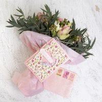 Une carte à secouer et une enveloppe décorées de papier fait main