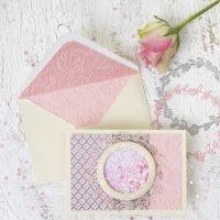 Une carte à secouer avec le motif d'un cercle et une enveloppe assortie en papier fait main