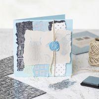 Une carte de voeux faite maison avec du papier fait main, des motifs poinçonnés et un sceau fait à la cire