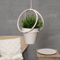 Un porte-pot fait avec des anneaux de bambou