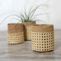 Un sac de rangement en papier imitation cuir décoré avec du rotin