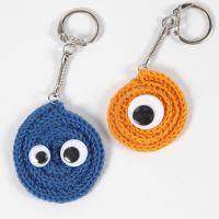 Un porte-clés fait avec un tube tricoté en spirale