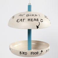 Une mangeoire à oiseaux en fibres de bambou décorée avec de la peinture acrylique Plus Color