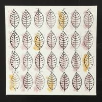 Des feuilles tamponnées sur une toile