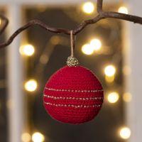 Une boule de Noël crocheté avec du fil de coton