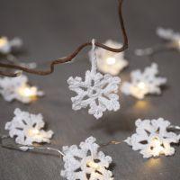 Des flocons de neige crochetés avec du fil de coton