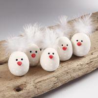 Des poussins de Pâques en argile autodurcissante, avec une plume en guise de queue