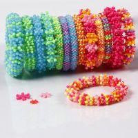Des bracelets arc-en-ciel en perles de plastique plates